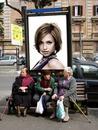 Scène panneau publicitaire Mémés sur un banc