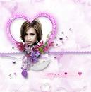 Corazón violeta y flores