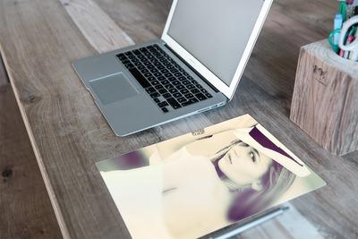 Foto A4 colocado sobre un escritorio iMac