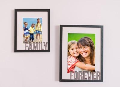 Deux cadres photos avec textes accrochés au mur