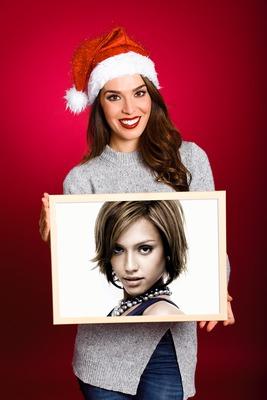 Mujer con un cartel para la Navidad
