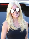 النظارات والشقراء