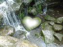 corazon en una roca de rio
