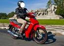 Andando na moto Vermelha Mulher