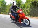 Andando na moto Vermelha