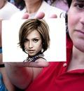 Kvinde holder et foto
