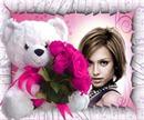 Urso de pelúcia com buquê de rosas