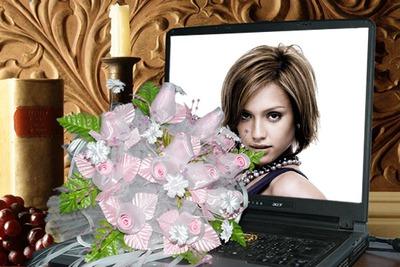 Nippu kukkia kannettavan tietokoneen kohtaus