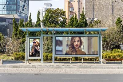 Plakater i busstoppested
