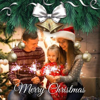 Joulu kuusen ja hopeapallojen kanssa