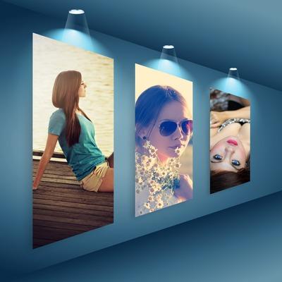 3 osvetlené fotografie v umeleckej galérii