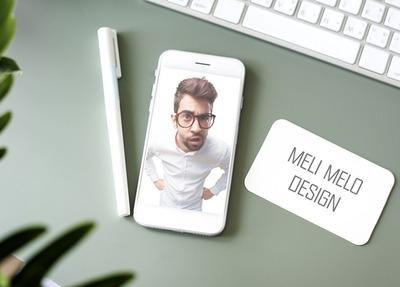 Смартфон и визитка