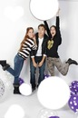 Camilla, Leon et Francesca qui jouent au ballon