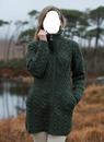 Fille à la veste en laine