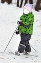 малыш на лыжах