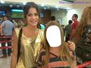Tini con una fan en el aeropuerto