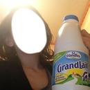 tete de fille avec bouteille de lait
