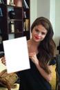 Selena Gomez tient une photo de toi