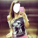 Menina no elevador com iPhone