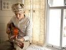 Niall y su guitarra contigo de perfil