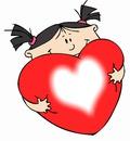 menina abraçada á um coração