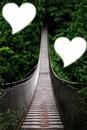 corazones en un puente