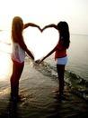 Coeur par des filles à la plage