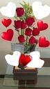 arreglo de corazones rojos