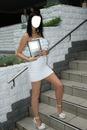 femme en petite robe blanche