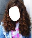 cheveus brun et bouclé