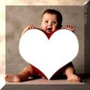 Bebe segurando coração