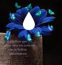Flor azul con mariposas