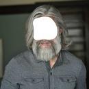 Cheveux longs gris homme