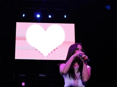 Corazon en un concierto de eme xv
