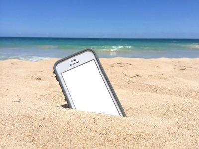 celular en enterrado en arena