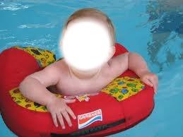 Bébé dans sa bouée