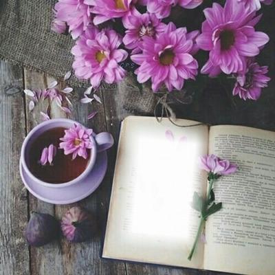 Cc entre flores y libro
