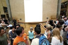 plein de personne autour d'un tableau