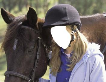 Fille blonde avec un cheval