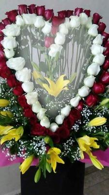 arreglo corazon de rosas