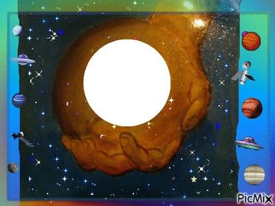 UNE MAIN TENANT UNE SPHERE DESSIN FAIT GINO GIBILARO AVEC DECO PICMIX (planètes,satellites,étoiles et vaisseaux aliens)