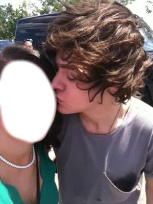harry kiss his fan