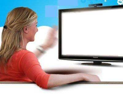 tv et femme en rouge