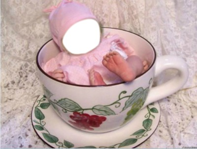 baby in tasse