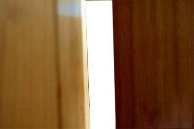olhando pela fresta da porta
