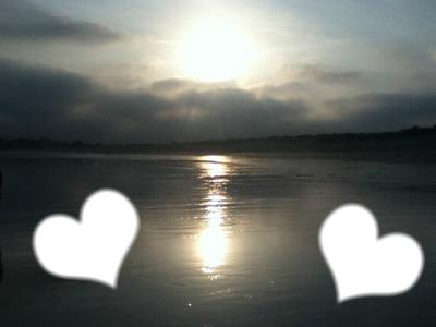 coeurs sur un coucher de soleil au bord de l'eau